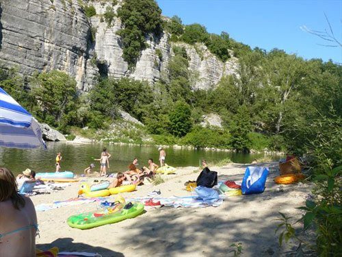 Camping pradons du pont en bordure de rivi re pr s de for Camping privas avec piscine